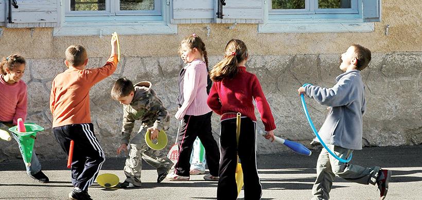 Enfants qui jouent dans une cour